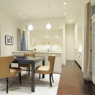 Klassisk inredning av en mellanstor matplats med öppen planlösning, med korkgolv, brunt golv, vita väggar, en dubbelsidig öppen spis och en spiselkrans i tegelsten