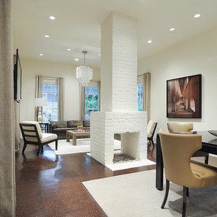 Diseño de comedor clásico renovado, de tamaño medio, abierto, con paredes blancas, suelo de corcho, chimenea de doble cara, marco de chimenea de ladrillo y suelo marrón