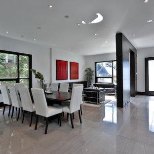 Imagen de comedor de cocina minimalista con paredes blancas, suelo de mármol y marco de chimenea de baldosas y/o azulejos