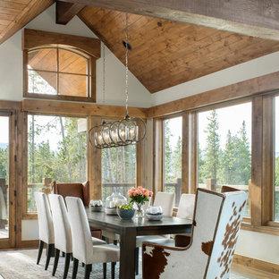 Diseño de comedor rústico con paredes blancas, suelo de madera en tonos medios y suelo marrón