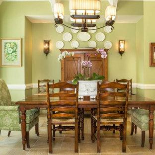 Стильный дизайн: гостиная-столовая в стиле кантри с зелеными стенами - последний тренд