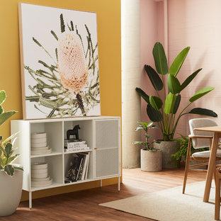 Imagen de comedor contemporáneo, de tamaño medio, abierto, con paredes rosas, suelo vinílico y suelo marrón