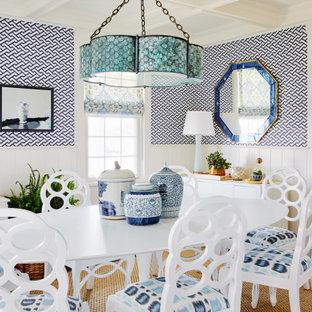 Cette photo montre une salle à manger bord de mer avec un mur bleu, un sol en bois foncé, un sol marron, un plafond à caissons et du papier peint.