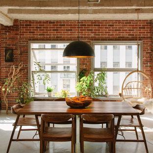 Foto di una piccola sala da pranzo aperta verso la cucina industriale con pavimento in cemento, pavimento bianco, pareti rosse e nessun camino