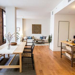 Foto de comedor de cocina actual, extra grande, sin chimenea, con suelo de madera en tonos medios y paredes blancas