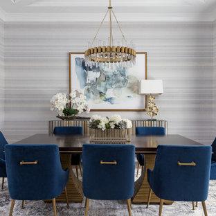 Esempio di una sala da pranzo chic con pareti multicolore, pavimento in legno massello medio, pavimento marrone, soffitto ribassato e carta da parati