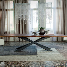 Modern Dining Tables by Italian Interiors