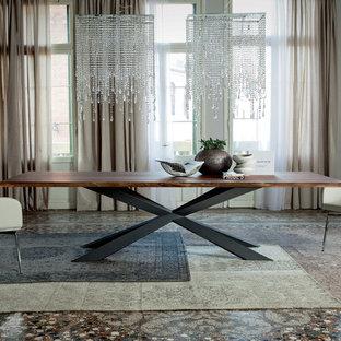 Foto di una grande sala da pranzo minimalista con pareti beige e moquette