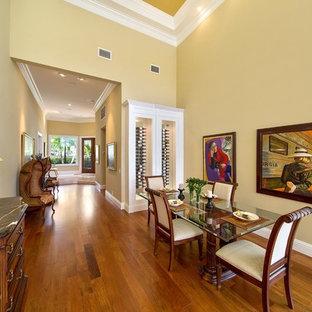 Ejemplo de comedor tradicional renovado, de tamaño medio, abierto, con paredes beige y suelo de madera en tonos medios
