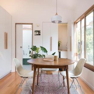 Diseño de comedor de cocina nórdico, pequeño, con paredes blancas, suelo de madera clara y suelo marrón