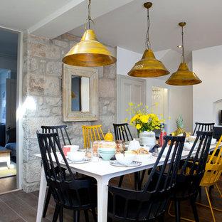 Ispirazione per una sala da pranzo costiera con parquet scuro e pareti bianche