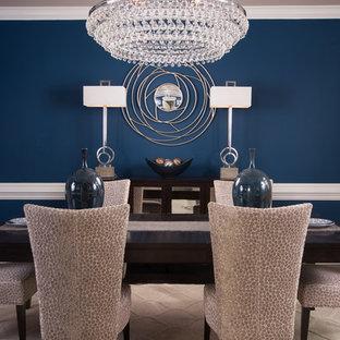 Inspiration pour une salle à manger ouverte sur la cuisine traditionnelle de taille moyenne avec un mur bleu, un sol en bois foncé et un sol beige.