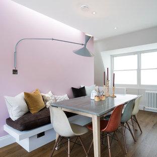 Новый формат декора квартиры: столовая в современном стиле с розовыми стенами и паркетным полом среднего тона