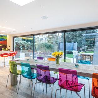 Идея дизайна: большая гостиная-столовая в современном стиле с белыми стенами и светлым паркетным полом