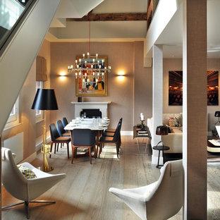 Ispirazione per una sala da pranzo aperta verso il soggiorno minimal di medie dimensioni con pareti beige, camino classico e parquet chiaro