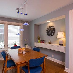 Ispirazione per una sala da pranzo aperta verso la cucina tradizionale di medie dimensioni con pareti blu, pavimento in sughero e nessun camino