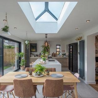 Foto de comedor de cocina clásico renovado con paredes blancas y suelo gris