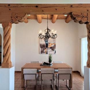 Immagine di una sala da pranzo stile americano di medie dimensioni con pavimento in terracotta, nessun camino, pavimento arancione e pareti beige