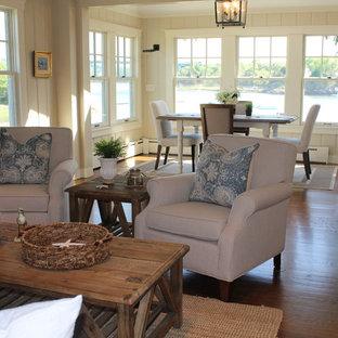 Неиссякаемый источник вдохновения для домашнего уюта: маленькая гостиная-столовая в морском стиле с бежевыми стенами, паркетным полом среднего тона, стандартным камином и фасадом камина из камня