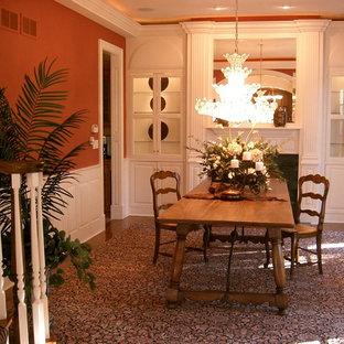 Idee per una sala da pranzo classica chiusa e di medie dimensioni con pareti arancioni, moquette e nessun camino