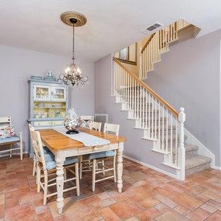 Ejemplo de comedor tradicional renovado, pequeño, abierto, sin chimenea, con paredes grises y suelo de baldosas de cerámica