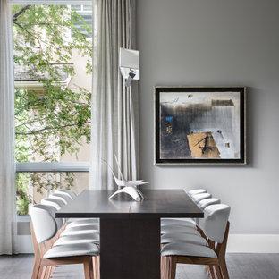 Inredning av en modern stor matplats med öppen planlösning, med grå väggar, mellanmörkt trägolv och brunt golv