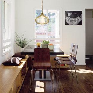 Ejemplo de comedor de cocina moderno, de tamaño medio, sin chimenea, con paredes blancas y suelo de madera oscura