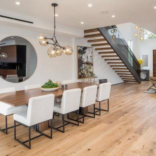 ロサンゼルスの大きいコンテンポラリースタイルのおしゃれなLDK (白い壁、淡色無垢フローリング、ベージュの床) の写真