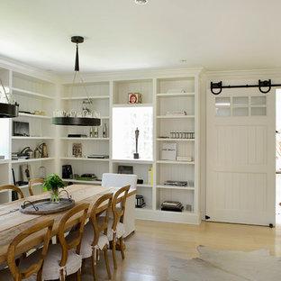 Idee per una grande sala da pranzo country con pareti bianche, parquet chiaro, nessun camino e pavimento beige