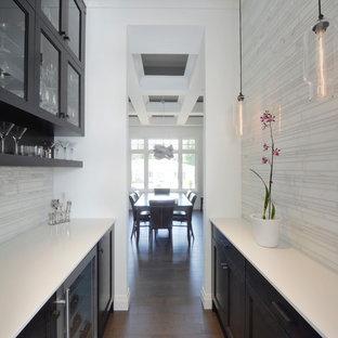 Idee per una sala da pranzo aperta verso la cucina contemporanea con pareti bianche e parquet scuro