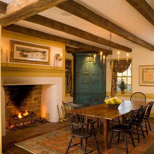 Diseño de comedor campestre, cerrado, con paredes beige, suelo de madera oscura y chimenea tradicional