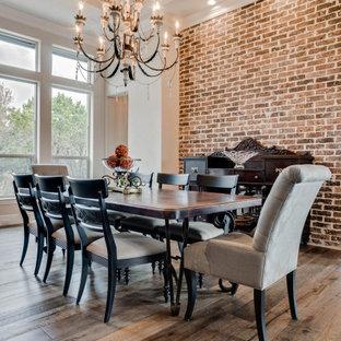 Cette photo montre une grand salle à manger ouverte sur le salon nature avec un mur blanc, un sol marron, un plafond en bois et un mur en parement de brique.
