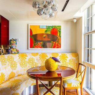 Tropisches Esszimmer ohne Kamin mit weißer Wandfarbe und braunem Holzboden in Miami
