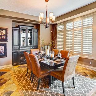 Foto di una grande sala da pranzo aperta verso la cucina chic con pareti marroni, pavimento in terracotta e nessun camino