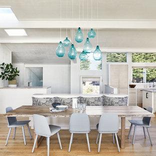 Idee per una sala da pranzo stile marino con pareti bianche, pavimento in legno massello medio e pavimento marrone