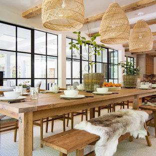 他の地域の広いカントリー風おしゃれなダイニングキッチン (白い壁、茶色い床、無垢フローリング) の写真