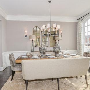 Ispirazione per una sala da pranzo classica chiusa e di medie dimensioni con pareti beige, pavimento in compensato e nessun camino