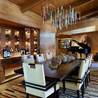 Esempio di una grande sala da pranzo aperta verso il soggiorno stile rurale con pareti marroni
