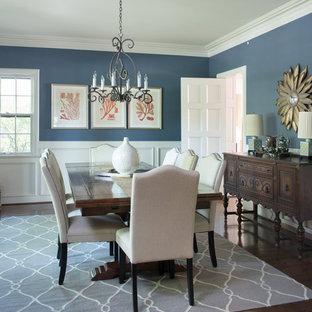 Diseño de comedor de estilo americano, grande, cerrado, sin chimenea, con paredes azules y suelo de madera en tonos medios