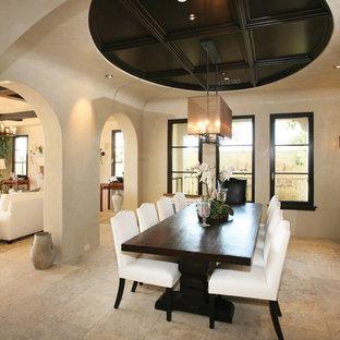 Свежая идея для дизайна: гостиная-столовая среднего размера в средиземноморском стиле с бежевыми стенами, полом из известняка и бежевым полом без камина - отличное фото интерьера