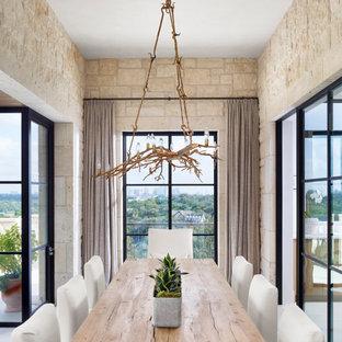 Idee per una piccola sala da pranzo minimalista chiusa con pareti beige, parquet chiaro, nessun camino e pavimento bianco