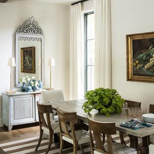 Offenes, Mittelgroßes Klassisches Esszimmer ohne Kamin mit weißer Wandfarbe, dunklem Holzboden und braunem Boden in Dallas
