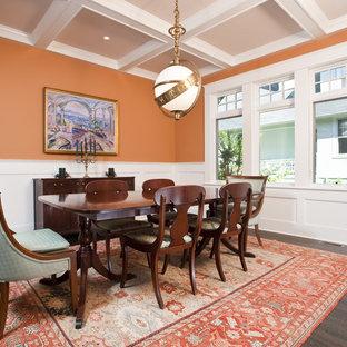 Неиссякаемый источник вдохновения для домашнего уюта: столовая в классическом стиле с оранжевыми стенами и темным паркетным полом