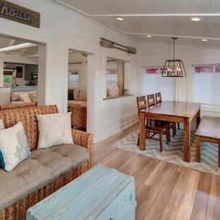 デトロイトの小さいビーチスタイルのおしゃれなLDK (白い壁、淡色無垢フローリング、茶色い床) の写真