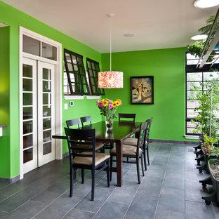 Ispirazione per una grande sala da pranzo minimal chiusa con pareti verdi, pavimento in gres porcellanato e pavimento grigio