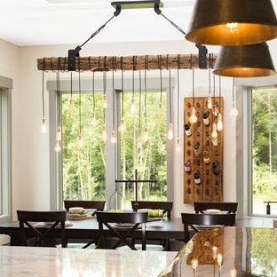 Diseño de comedor de cocina rústico, de tamaño medio, sin chimenea, con paredes beige, suelo de madera oscura y suelo marrón