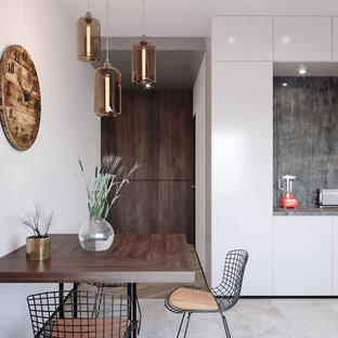 Imagen de comedor de cocina urbano, pequeño, sin chimenea, con suelo de baldosas de cerámica, suelo gris y paredes blancas