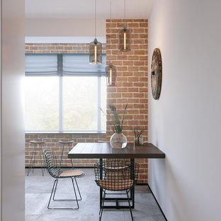 Modelo de comedor de cocina urbano, pequeño, sin chimenea, con suelo de baldosas de cerámica, suelo gris y paredes blancas