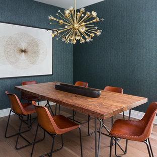 Idee per una piccola sala da pranzo chic chiusa con pareti verdi, parquet chiaro e pavimento marrone