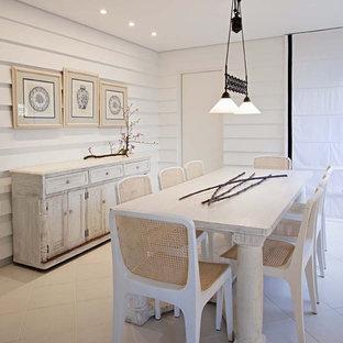 Immagine di una sala da pranzo stile shabby con pareti bianche